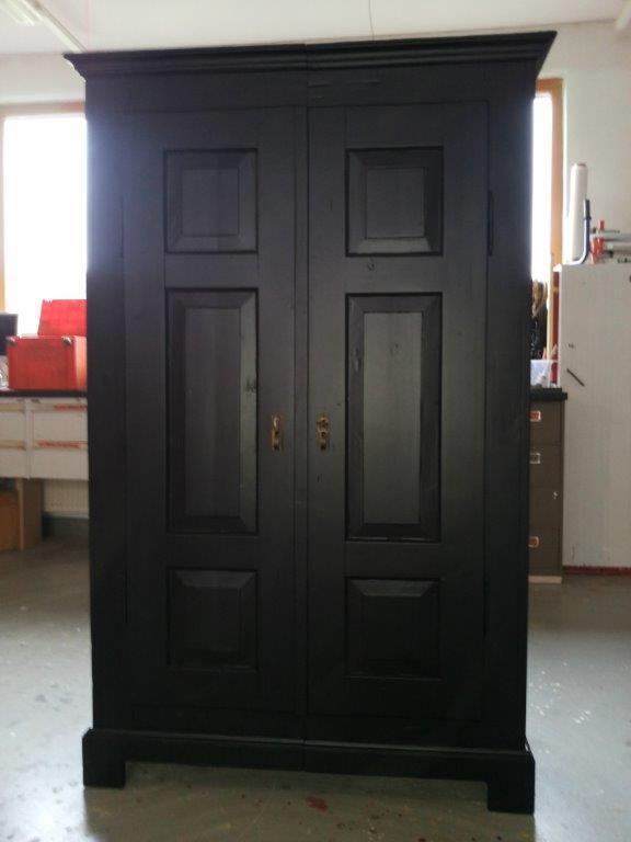 Garderobenschrank restauriert schwarz matt treiber for Garderobenschrank schwarz